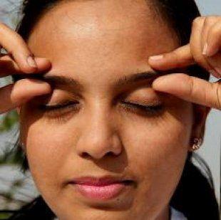 Pellizca las cejas 5-6 veces usando el pulgar y el índice  Más ejercicios de Sukshma Yoga para relajarse en 7 minutos