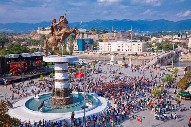 Skopje és la capital de la República de Macedònia, la ciutat que es troba al cor de la península dels Balcans, a la cruïlla de les comunicacions importants, una ciutat amb una tradició de 2000 anys d'antiguitat.
