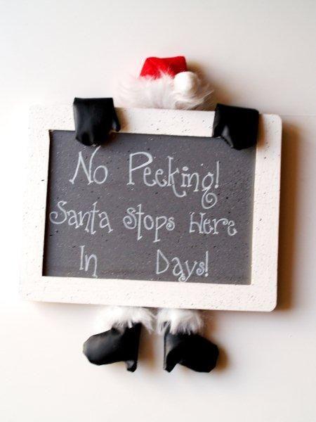 Santa Countdown Calendar --- I'd make this with an Elf peeking instead of Santa...  Directions on http://www.flamingotoes.com/2010/11/santa-countdown-calendar/