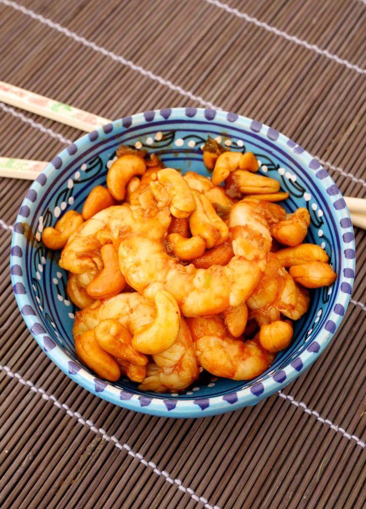 Gamberoni all'orientale con anacardi e cipollotti