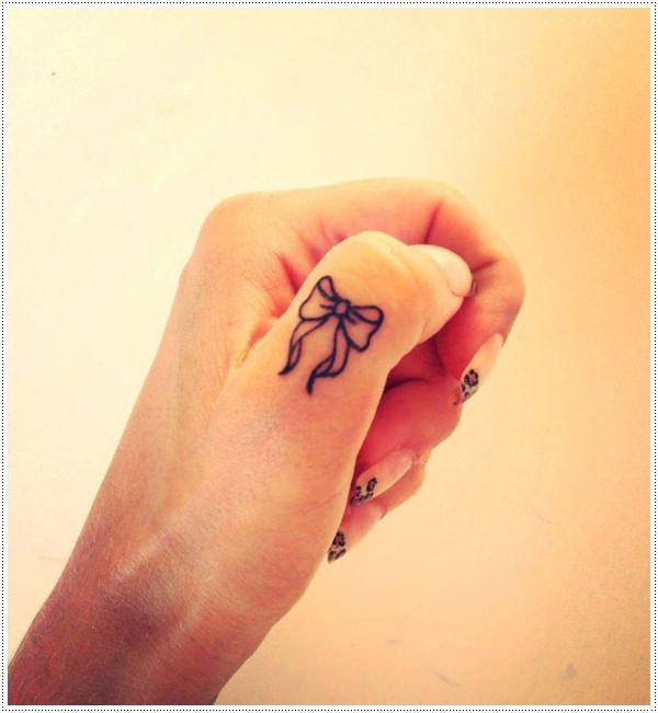 Tatuagem Feminina Pequena e Delicada | Laço no Dedo