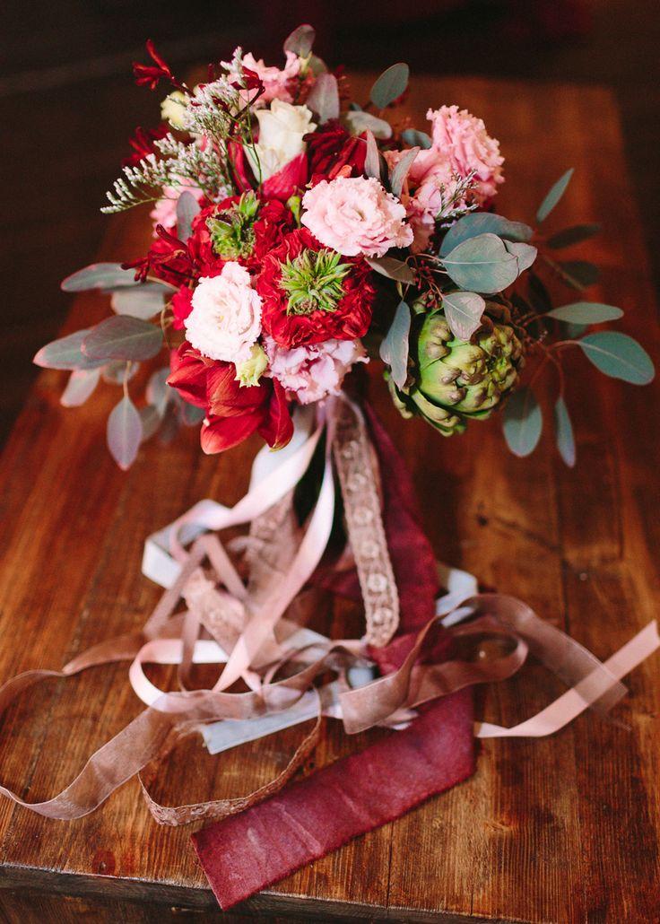 Яркий букет невесты с артишоком и необычной розой redeye.