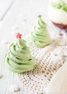 Meringues Arbre de Noël: 2 blancs d'oeufs, à la température ambiante 125g (environ 2/3 tasse) de poudre / sucre granulé fin Colorant alimentaire vert.: une étoile pour décorer