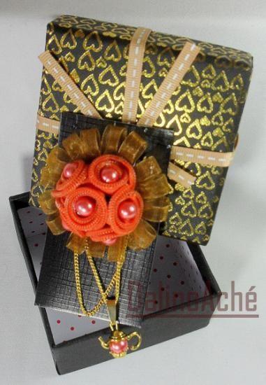 Broche o prendedor de cremalleras, color naranja, hecho con material reutilizado, reciclado.                                                                                                                                                     Más