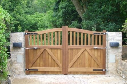 Wooden gate, automated