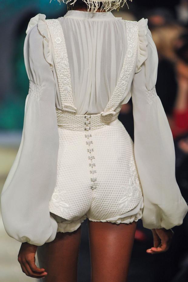 Ballonmouw: Lange, ruim bloezende mouw. Aan de pols aansluitend met een elastiek. Ulyana Sergeenko Spring 2013 Couture