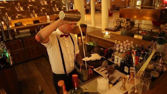 VIDEO-SERIE: FEEL ROYAL, ENJOY LÄSSIG!  Teil 4 des Backstage-Reports zu unserem lässigen 5*Superior Service. Wir erlauben in dieser Video-Serie einen Blick hinter die Kulissen der Serviceabläufe in unserem Haus.   Diese Woche: Die Wood's Cocktailbar, direkt in der Lobby des Hotel Alpine Palace in Saalbach-Hinterglemm.  http://www.hotel-alpine-palace.com/