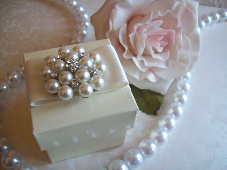 Pearl cluster ivory favour box with a vintage style. Can be made in white with ribbon in any colour