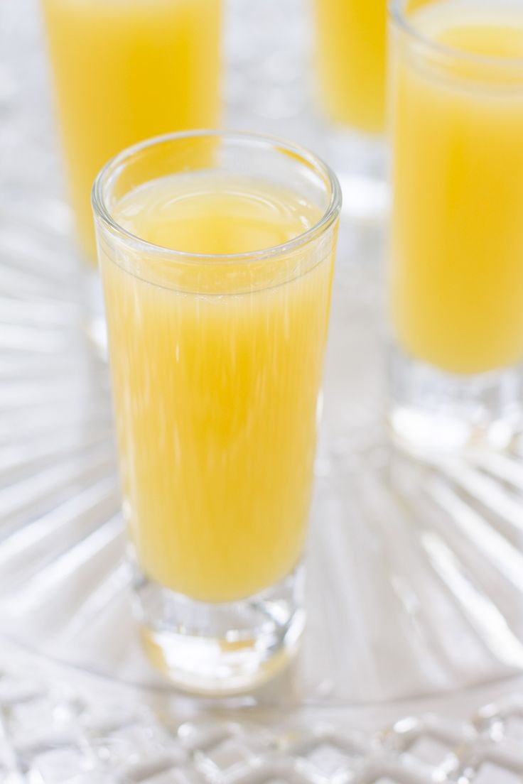 Love mimosas but prefer to skip the alcohol? Make this non alcoholic mimosa with just two ingredients! Fresh orange juice makes this recipe a winner. @target @dixieproducts @PinVanityFair #DrinkMakeWishBake #ad