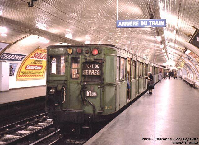 """Métro Charonne 1982. Petite note en bas de la photo: """"Un des derniers trains Sprague verts en service sur la ligne 9, trois mois et demi avant leur retrait définitif. Sur ce cliché, la M103 qui a été préservée de la démolition."""""""