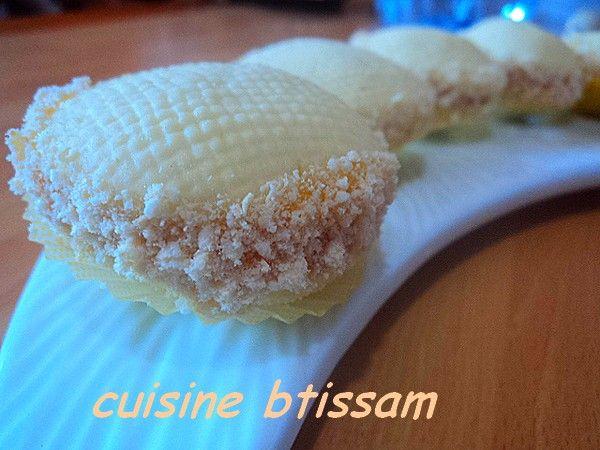 Bonjour, Je vous ramène aujourd'hui un petit délice que j'ai concocter du blog de oumssoussou ,un très beau biscuit simple et trop bon .un gâteau avec des gravure faite avec un gharbel :une passoire !!!C'est différents comme déco mais jolie !!!! Alors...