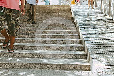 Escaleras y rampa para la gente y la silla de ruedas