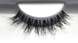 favUlash's high-end, classy SIARGAO human hair false eyelashes showcase your classy, elegant side. Great for everything from romancing to partying!