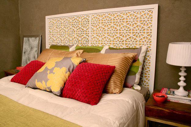 Peignez et encadrez quatre paillassons pour une tête de lit en faux bois.