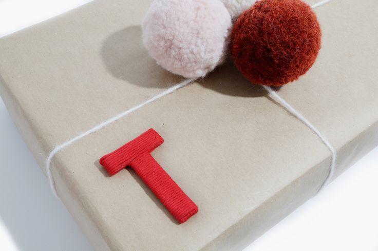 Paquet-cadeau personnalisé avec une lettre en carton recouverte d'un fil de laine enroulé - tutoriel