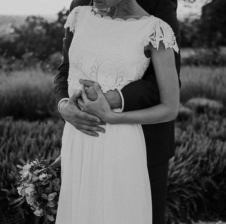 🌿Abrázame fuerte🌿 Foto: @thecreativeshot Ramo: @mariasalazar.es • • • #boda #novia #vestidodenovia #casamento #bridal #look #wedding #bride #mariage #mariee
