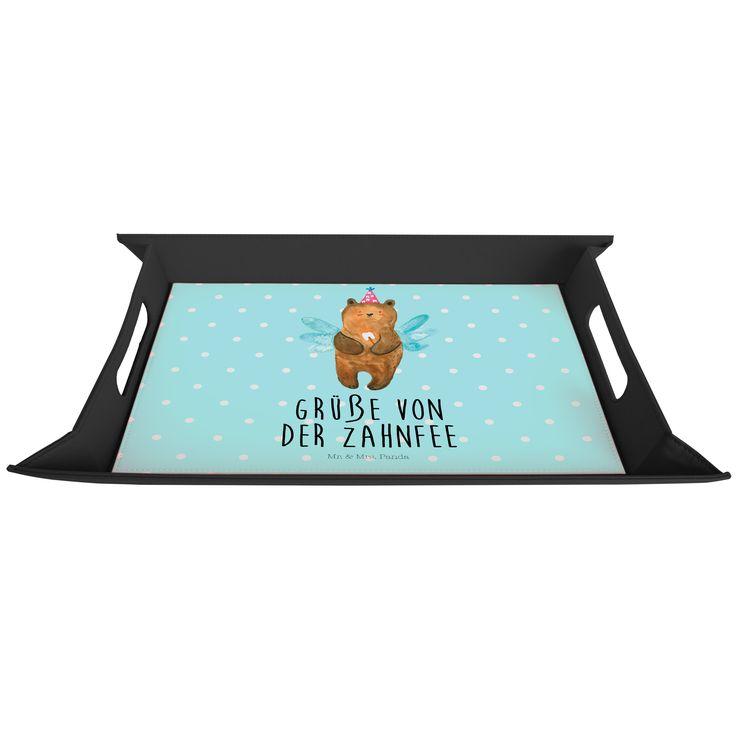 Serviertablett aufklappbar Zahnfee Bär aus Premium Kunststoff  schwarz - Das Original von Mr. & Mrs. Panda.  Dieses wunderbare Serviertablett von Mr. & Mrs. Panda ist wirklich etwas ganz besonderes. Es ist mit unseren wunderschönen Motiven bedruckt und lässt sich auf dem Tisch als wunderschöne Unterlage benutzen.  Es ist sehr stabil und 25 cm x 35 cm groß.    Über unser Motiv Zahnfee Bär  Der Milchzahn ist draußen! Ein klarer Fall für die Zahnfee. Unsere süße Zahnfee ist exklusiv aus der…