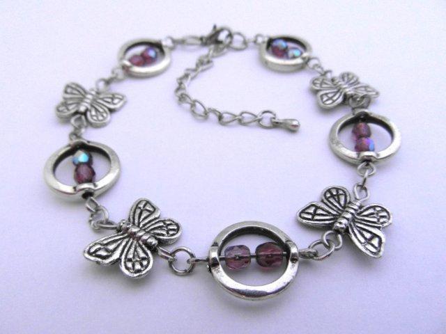 Armbandje van metalen vlinders en paarse glas facetkralen.