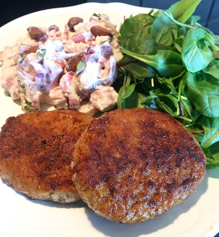 Kycklingbiffar & en röra (fakeaway potatissallad) gjord på ugnsrostade rotfrukter, hackad rödlök, små bitar av röd paprika, kvarg, sriracha, sweetchili och kryddor!  #muskelfoder #lindahlskvarg #teamlindahls #recept #lågkalori #potatis #sallad #grillmat #kyckling #kycklingfärs #hamburgare #biffar #biff #burgare #myrecipe #myfood #mydiet #fdoe #todo