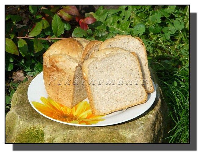 suroviny dáme do pekárny (tekuté, sypké), droždí a kvásek nahoru na mouku a použijeme program Celozrnný.Hotový chleba…