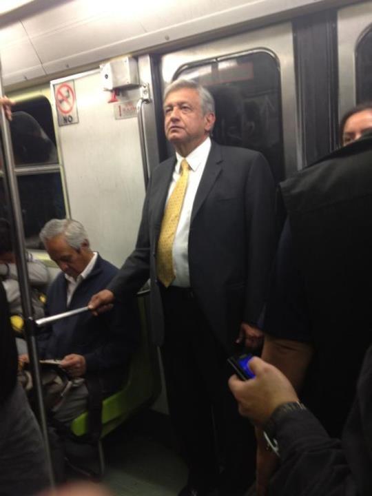 AMLO en el metro del DF rumbo al aeropuerto