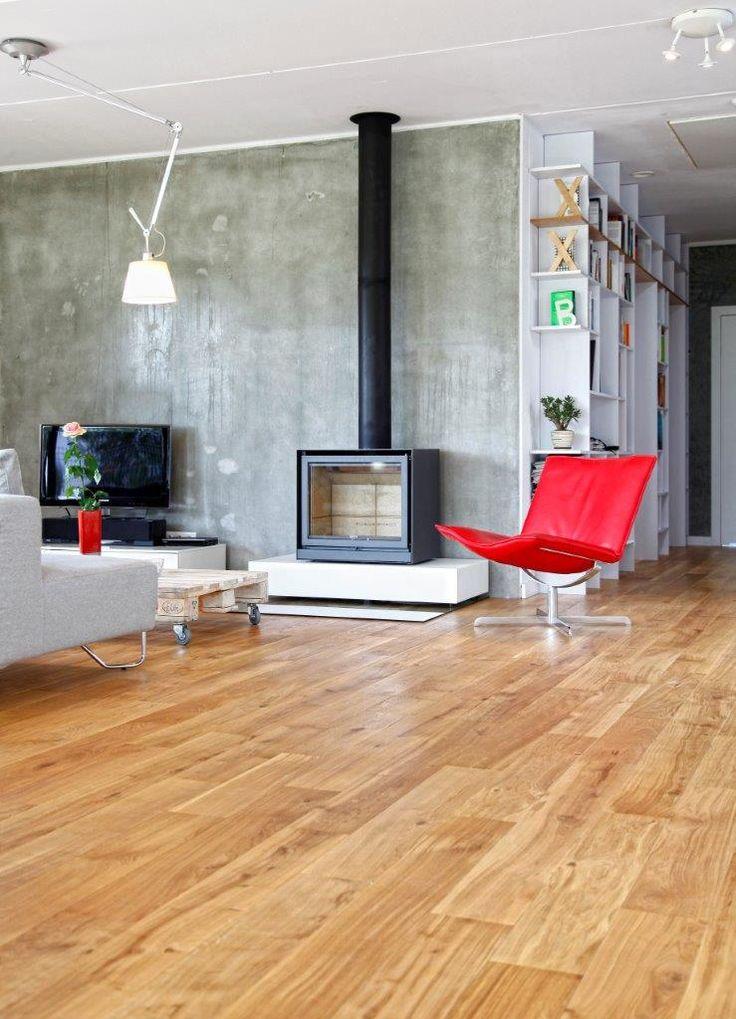 Drewniana podłoga w naturalnym kolorze w połączeniu z białą farbą i betonem na ścianach http://www.podlogi-kopp.pl/katalog/dab-arvade,656,p359