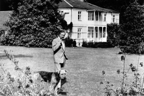 Knud W Jensen foran villaen