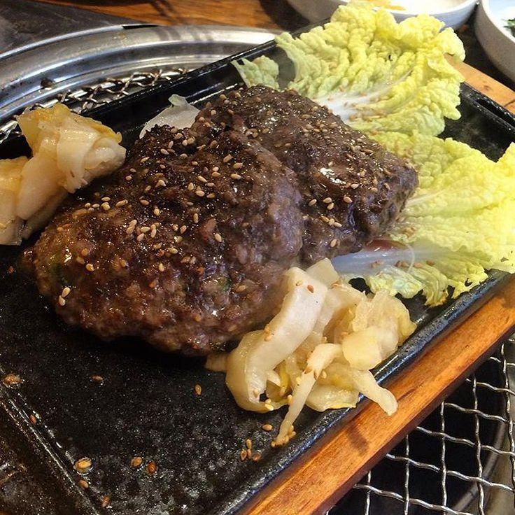 고기는 먹어본 놈이 잘 먹는다고 한다. 먹어본 놈에게 물었다. '대체 맛있는 고기가 뭐야? 고기는 다 맛있는 거 아니냐고!' 고기마스터는 고개를 흔들며 답했다. 고기를 먹을 때 가장 중요한 것은 첫째도 품질, 둘째도 품질이라고. 그리하여 찾아간 종로 서울식당. 벽면이 1++ 스티커로 가득하다. 매일 떼어오는 고기만큼 늘어나고 있다고. 좋은 숯불에 구운 투쁠 갈비살을 잘 익은 묵은지에 펼쳐 싸먹고 나서는… 고기마스터를 인정할 수 밖에 없었다. 고기는 역시 먹어본 놈이 잘 먹는다. 서울 종로구 관수동 159-2 위치. 수제떡갈비 1만5천 원, 소갈비살(1인) 2만3천 원, 한우안심(1인) 2만5천 원. 갈비살/안심/차돌박이 세트 6만2천 원. 점심특선 황태구이/돼지불고기정식 7천 원, 한우소불고기정식 1만 원. #서울식당 #수제떡갈비 #인사동 #인사동맛집 #종로3가 #종로3가맛집 #종각 #종각맛집 #먹스타그램 #맛스타그램 #맛집 #먹방 #letcipe #렛시피