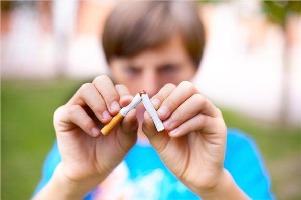 Sigara içiyorsanız bırakın ya da azaltmaya çalışın. Sigara içmenin sayısız yan etkilerinden biri de neden olduğu horlama artışıdır.