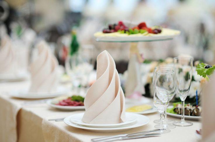 О том, как правильно пользоваться салфеткой в ресторане и дома, в каких случаях принято использовать тканевые салфетки, а в каких бумажные и еще несколько тонкостей.