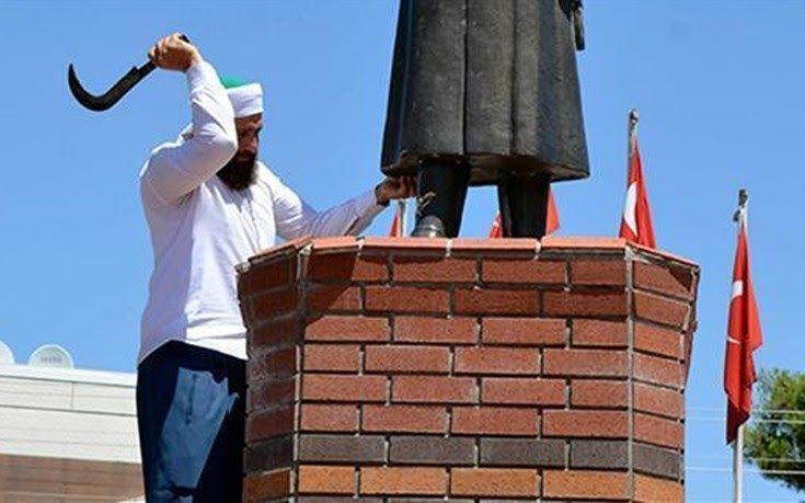 Επίθεση σε άγαλμα του Ατατούρκ μετά από… εντολή του Αλλάχ
