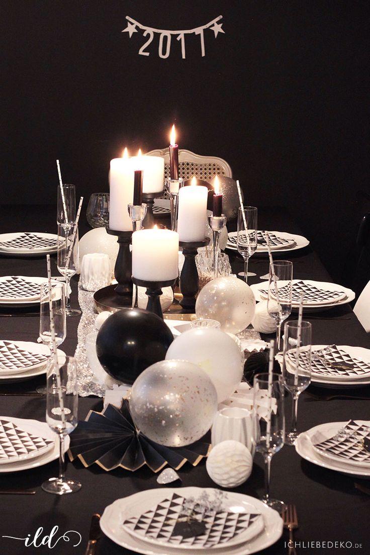 Moderne Tischdekoration im trendigen Schwarz-Weiß-Look für die Silvesterparty