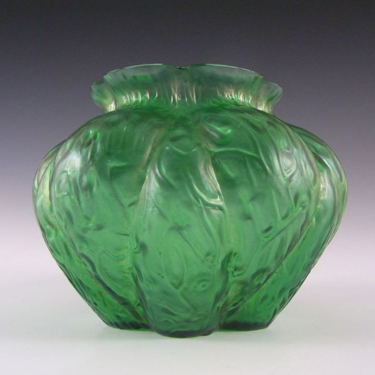 Kralik? Art Nouveau 1900 s Iridescent Green Glass Vase