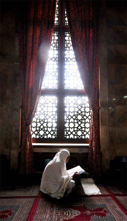 ♥ muslim woman reading Quran
