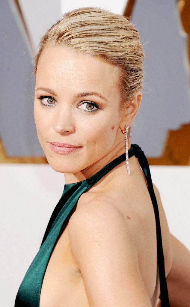 Rachel McAdams de Oscars 2016 : les plus beaux accessoires  Quand on porte une robe simple, le meilleur moyen de frapper les esprits et d'y ajouter des bijoux incroyables, comme l'a fait Rachel McAdams. Ses boucles d'oreilles ont rajouté juste ce qu'il faut de glamour à sa robe dos-nu sexy.