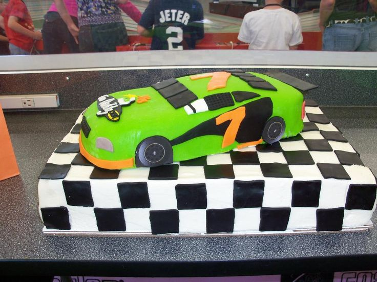 learn to make this racing car cake.. on Craftsy.....