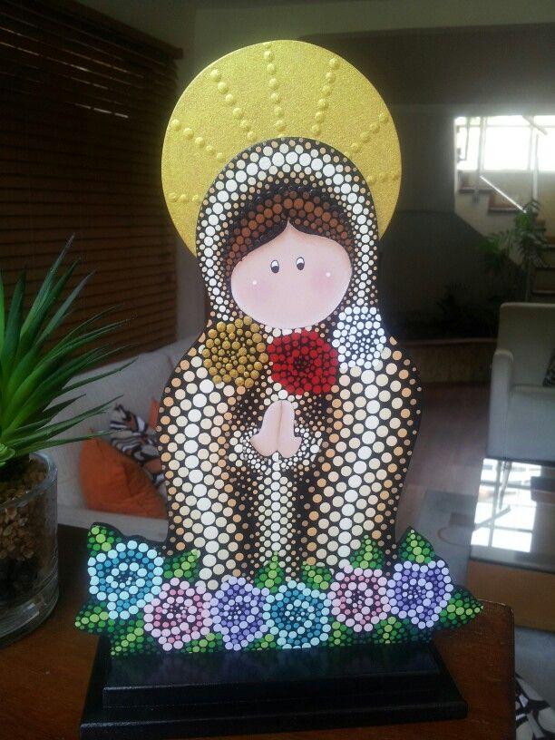 Virgen de la Rosa Mística en técnica de puntillismo sobre fondo negro
