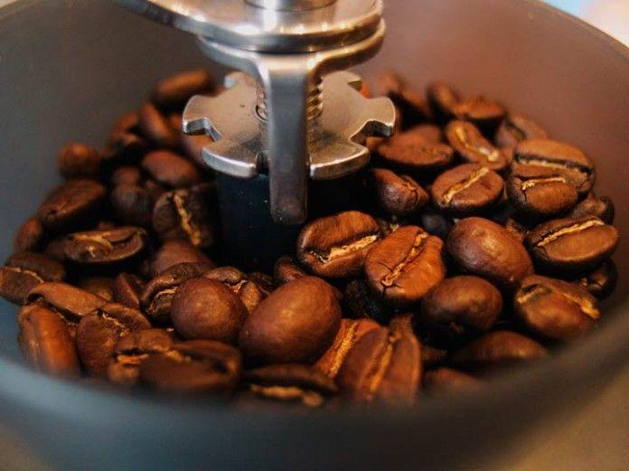 Molinillo con café en grano