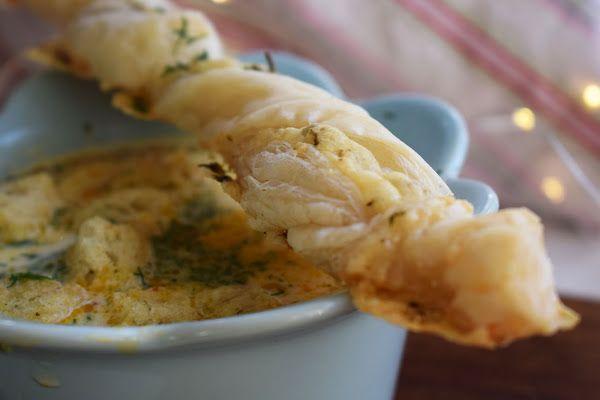 Dessa smördegssnurror serverades till morotssoppa med räkost. Riktigt goda. Funkar även på buffé eller som tilltugg. Smördegssnurror med vitlök och västerbottensost 2 plattor smördeg, frysta 1 dl väs