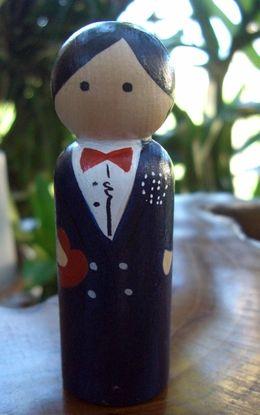 Ручная роспись торт Toppers: Groom черные волосы, темно-синий Tux, красный галстук-бабочка, сердце-в-руки