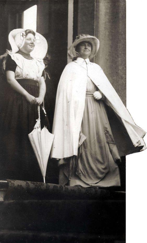 1934,Koningin Wilhelmina en haar dochter prinses Juliana. De Koningin draagt een witte cape en de Prinses is gekleed in Zeeuwse klederdracht.