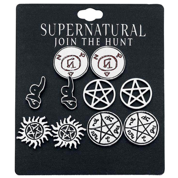 """Du är ett fan av bröderna Dean och Sam Winchester från """"Supernatural"""" och letar efter nya örhängen? Då kommer örhängessetet """"Symbols"""" till den mystiska tv-serien passa dig perfekt. Setet med fem delar innehåller örhängen med olika ockulta symboler såsom pentagram."""