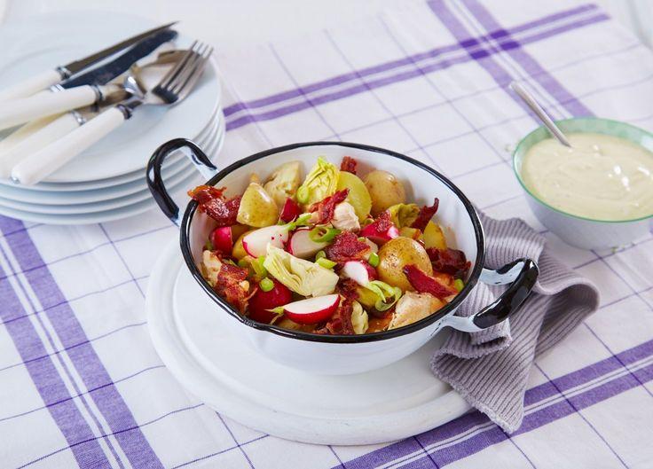 En veldig god og enkel middagssalat som kan serveres både varm og kald. En herlig miks av knasende friske grønnsaker, kylling og poteter.