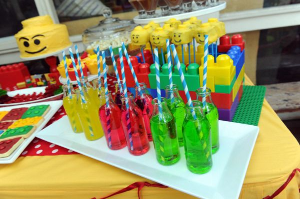 Cake pops and colorful drinks at a Lego Party #lego #partyfood