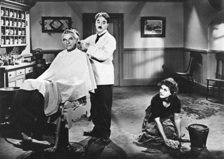 """El gran Dictador"""" Escena de la barberria"""": resulta sorprendente, la habilidad que tenia este mago del humor, para arrancar sonrisas..  Chaplin afeita la cara de su cliente, al compás de la danza húngara nº5 de Brahms, con movimientos rítmicos y precisos..  By Alma.."""