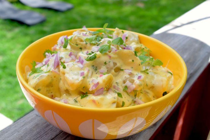 Så enkelt og så godt! Potetsalat kan lages på utrolig mange måter, noen mer heldige enn andre :-) Å kjøpe potetsalat ferdig er totalt unødvendig. Det smaker ikke i nærheten av så bra som hjemmelage…