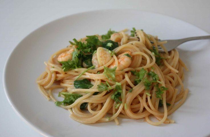 Spaghetti med rejer og spinat i tomatflødesauce