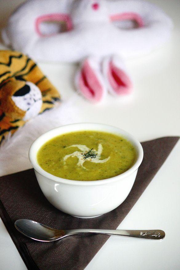 Krämig zucchini- & kokossoppa  smör 2 små schalottenlökar 1 gul lök 1 kg zucchini 1/2 liten purjolök (ca 150 g) 1 stort blad eller 3 små blad grönkål, strimlad (eller annan kål) *frivilligt* En liten palsternacka (ca 50 g) 1/2 tärning ekologisk grönsaksbuljong (vi använder Wurzl från www.ekodirekt.se) 1-2 ekologiska lagerblad 750 ml (3 c) vatten 3 msk kokosgrädde (eller mer efter smak) 1-2 msk kokosmjölk eller havremjölk *frivilligt*