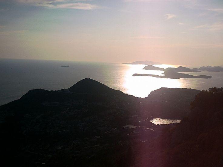 Widok z góry Srd wznoszącej się 400 metrów nad Dubrovnikiem #dubrovnik #srd #dalmacja więcej zdjęć: http://www.chorwacja24.info/zdjecia/dubrovnik