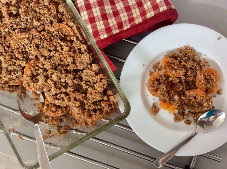 Meruňkový crumble (meruňky zapečené s drobenkou z mandlové drti, kokosové mouky, másla/kokosového oleje a kokosového cukru)